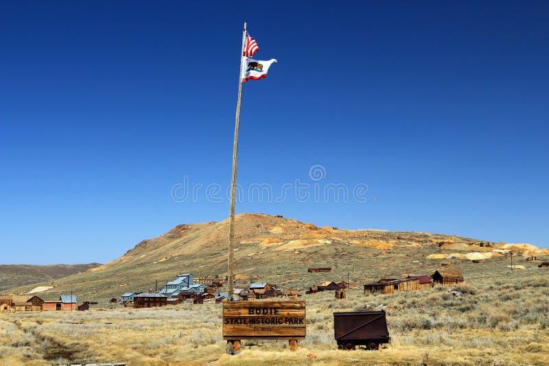 Sinal da entrada e bandeira de Califórnia em Bodie State Historic Park, Califórnia imagem de stock