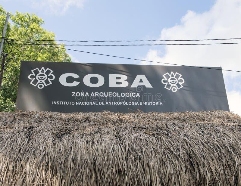 Sinal da entrada para COBA Zona Arqueologica foto de stock