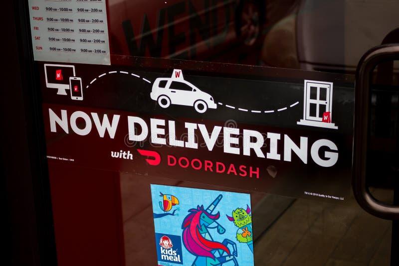Sinal da entrega de DoorDash e de Wendy fotos de stock royalty free