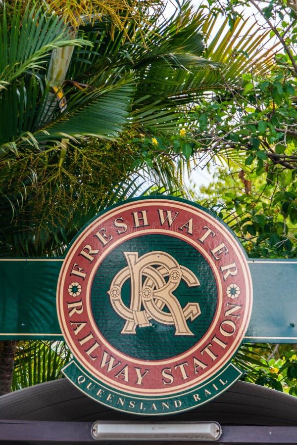Sinal da estação de trem de água doce, Queensland Austrália imagens de stock royalty free