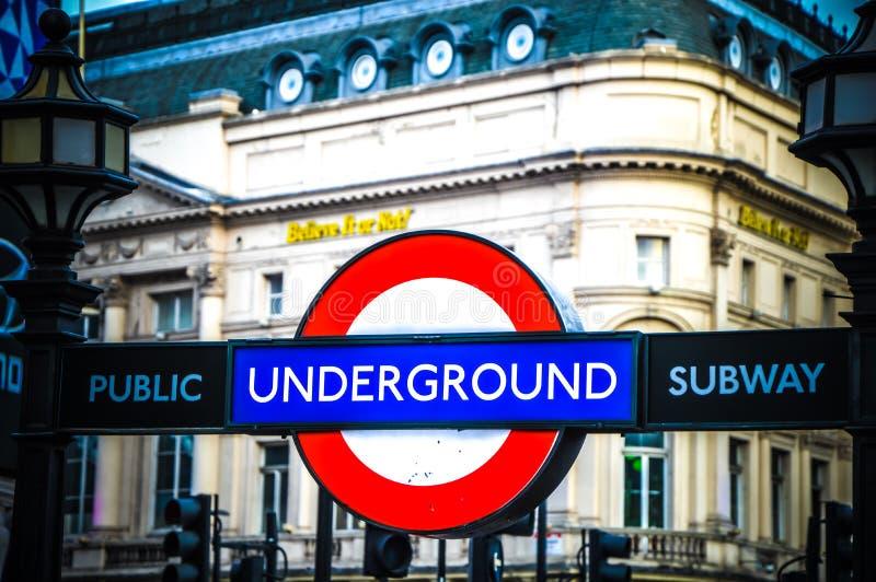 Sinal da estação subterrânea de Londres imagens de stock royalty free