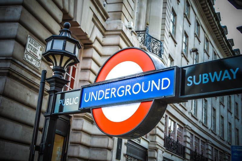 Sinal da estação subterrânea de Londres imagens de stock