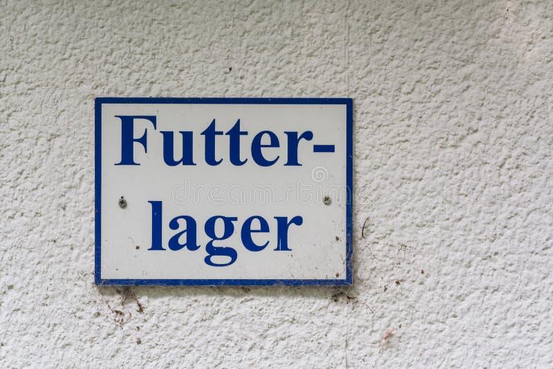 Sinal da informação com inscrição em lojas alemãs da alimentação imagem de stock