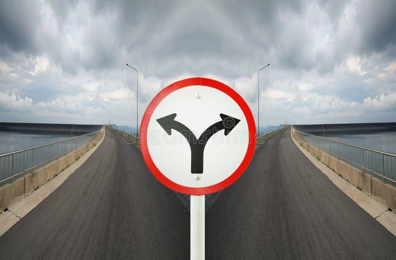Sinal da junção de forquilha com as estradas transversaas que spliting em em dois sentidos imagens de stock royalty free