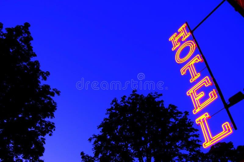 Sinal da luz vermelha do hotel no crepúsculo fotos de stock royalty free