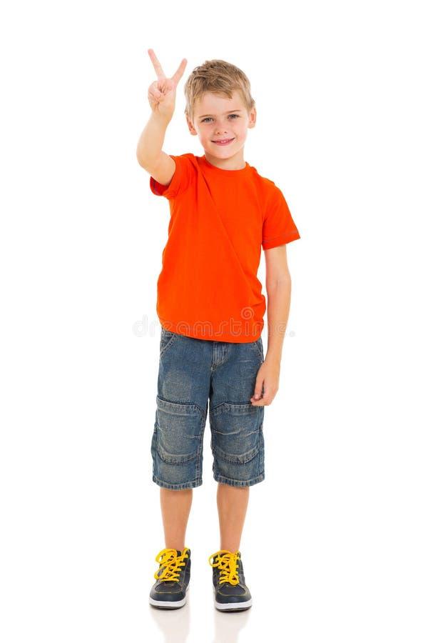 Sinal da mão da vitória do menino fotos de stock royalty free