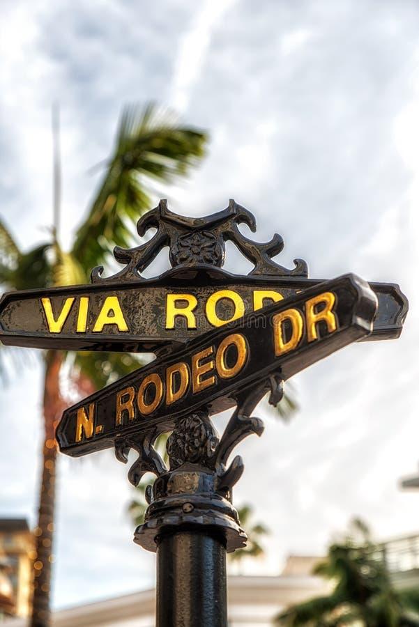 Sinal da movimentação do rodeio com as palmeiras em Beverly Hills foto de stock