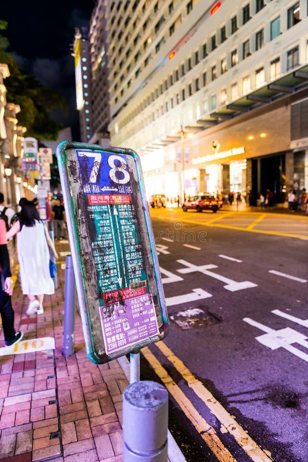 Sinal da parada do ônibus da cidade de Hong Kong rua de 78 noites fotos de stock royalty free