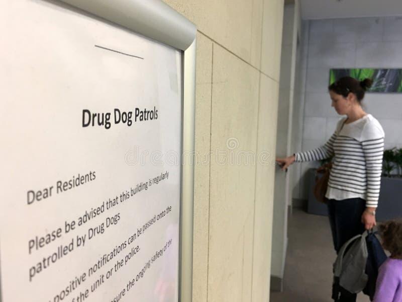 Sinal da patrulha do cão da droga fotografia de stock