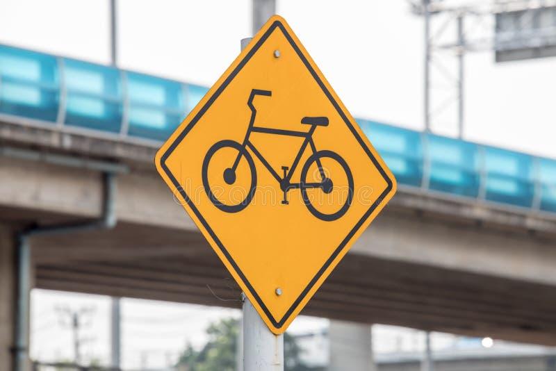 Sinal da pista da bicicleta ou de bicicleta na rua ou na estrada na cidade ou na cidade imagem de stock