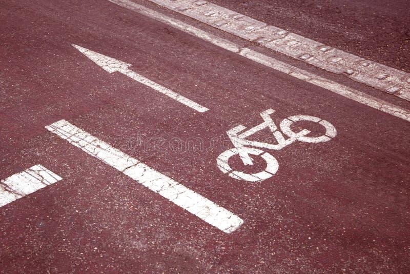 Sinal da pista de bicicleta do trajeto da bicicleta na estrada do vermelho da cidade tonificado fotos de stock royalty free