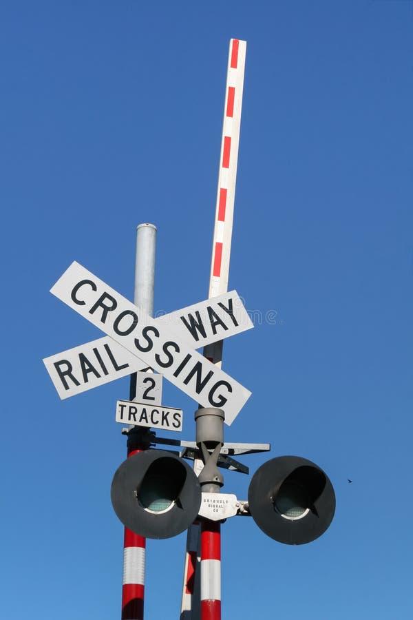 Sinal da porta de cruzamento Railway com sinal claro e barreira imagens de stock