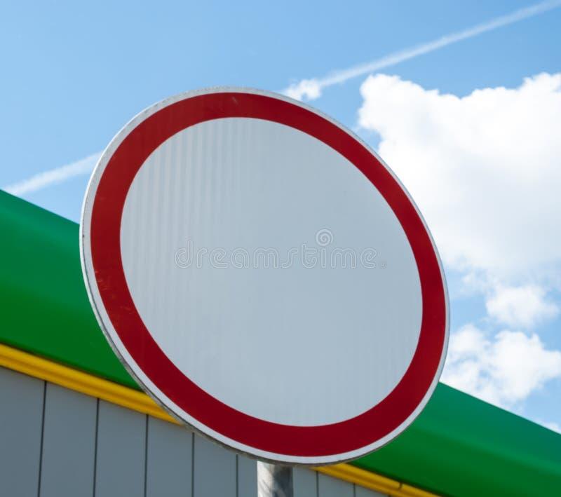 Sinal da proibição do movimento do carro imagem de stock