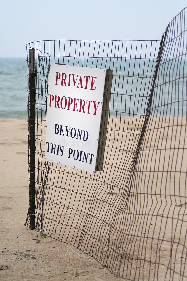 Sinal da propriedade privada da praia foto de stock