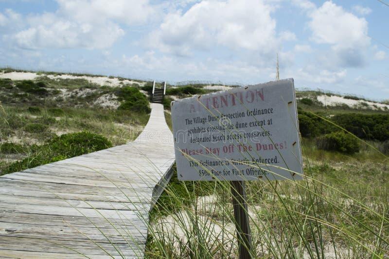Sinal da proteção da duna de areia na praia da ilha da cabeça calva em North Carolina, EUA fotografia de stock royalty free