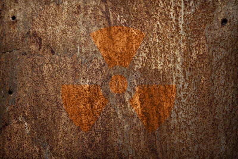 Sinal da radiação nuclear na textura do metal fotografia de stock