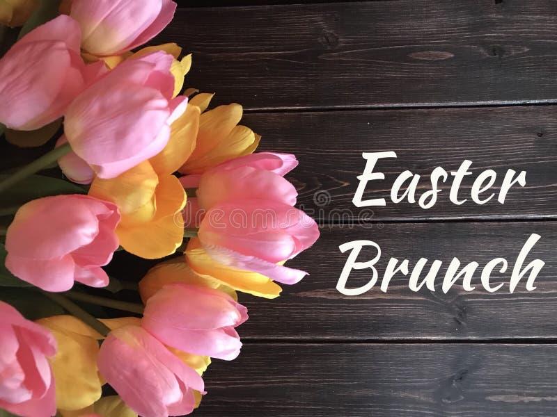 Sinal da refeição matinal da Páscoa com as tulipas amarelas e cor-de-rosa fotos de stock royalty free