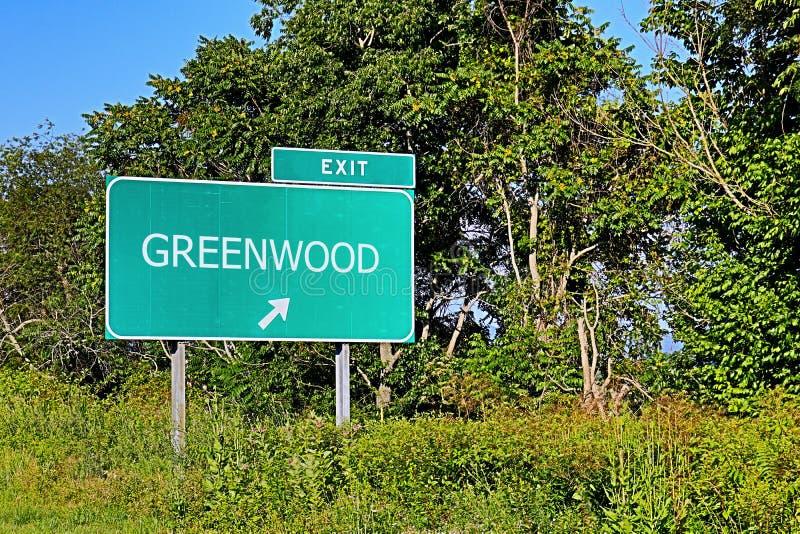 Sinal da saída da estrada dos E.U. para o bosque frondoso imagens de stock royalty free
