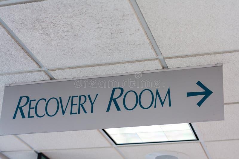Sinal da sala de recuperação no teto do hospital imagens de stock