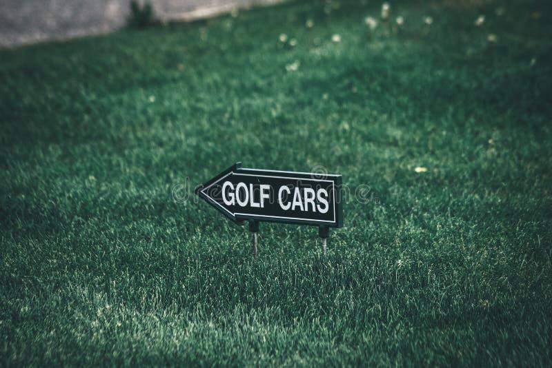 Sinal da seta dos carrinhos de golfe foto de stock