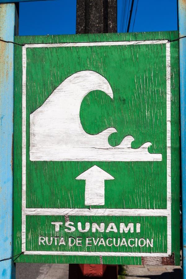Sinal da zona do perigo do tsunami fotos de stock