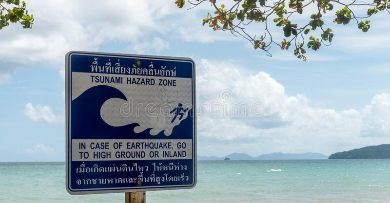 Sinal da zona do perigo do tsunami com praia e ilhas no backgroun fotos de stock
