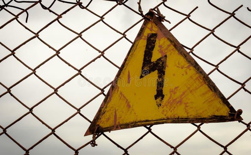 Sinal de advertência do triângulo da eletricidade do vintage fotografia de stock royalty free