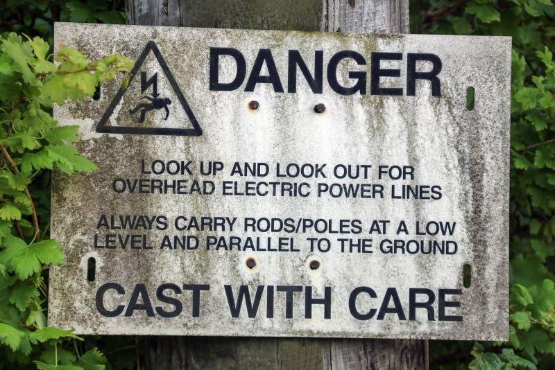 Sinal de aviso aéreo velho do cabo elétrico para pescadores fotografia de stock royalty free