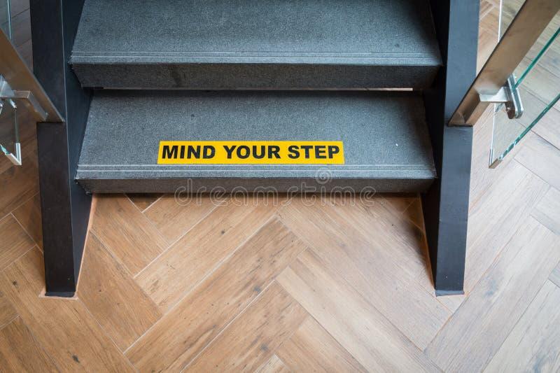 Sinal de aviso amarelo e preto na indicação das escadas foto de stock royalty free