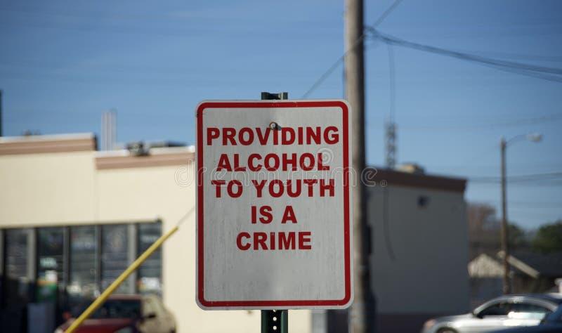 Sinal de aviso bebendo menor do crime do álcool foto de stock