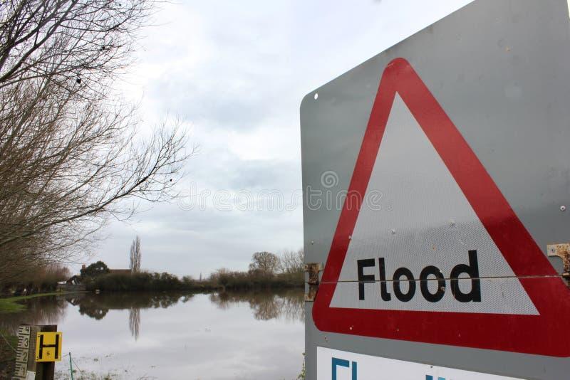 Sinal de aviso da inundação pela terra inundada imagem de stock royalty free