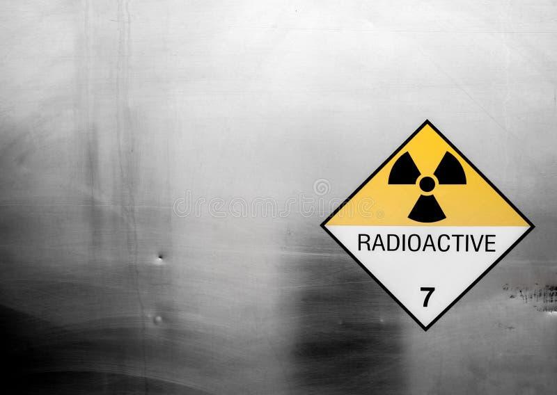 Sinal de aviso da radiação na classe 7 da etiqueta do transporte de bens perigosos no recipiente do caminhão do transporte imagem de stock royalty free