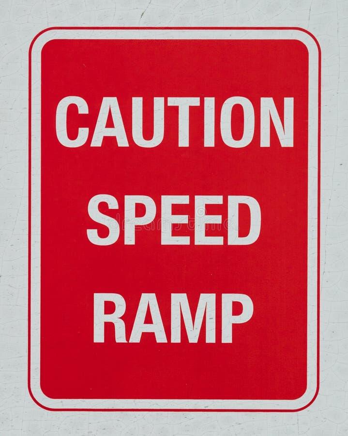 Sinal de aviso da rampa da velocidade do cuidado imagens de stock royalty free