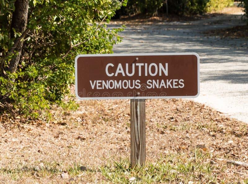 Sinal de aviso das serpentes peçonhentos do cuidado fotos de stock