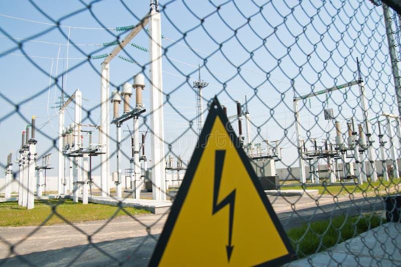 Download Sinal De Aviso De Alta Tensão Foto de Stock - Imagem de eficiência, gere: 16852148