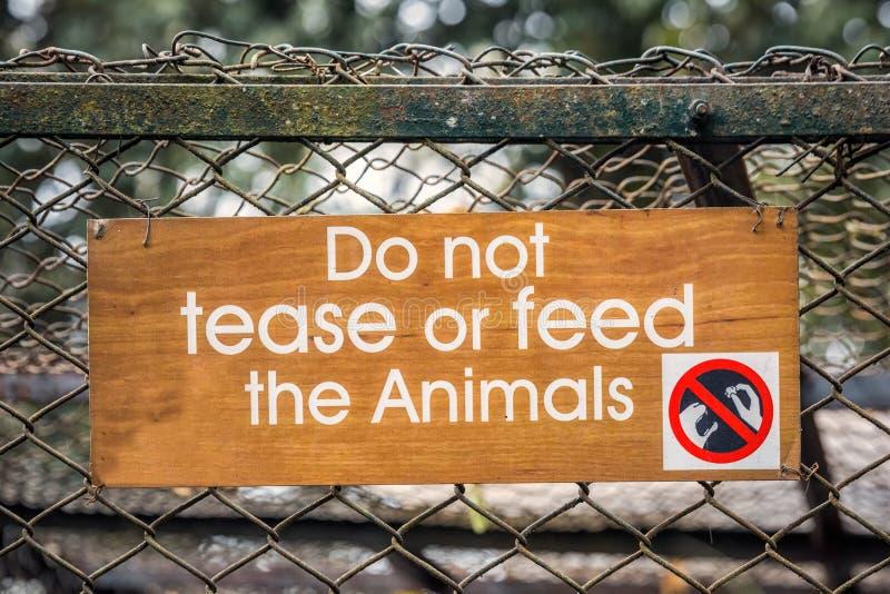Sinal de aviso do jardim zoológico imagens de stock