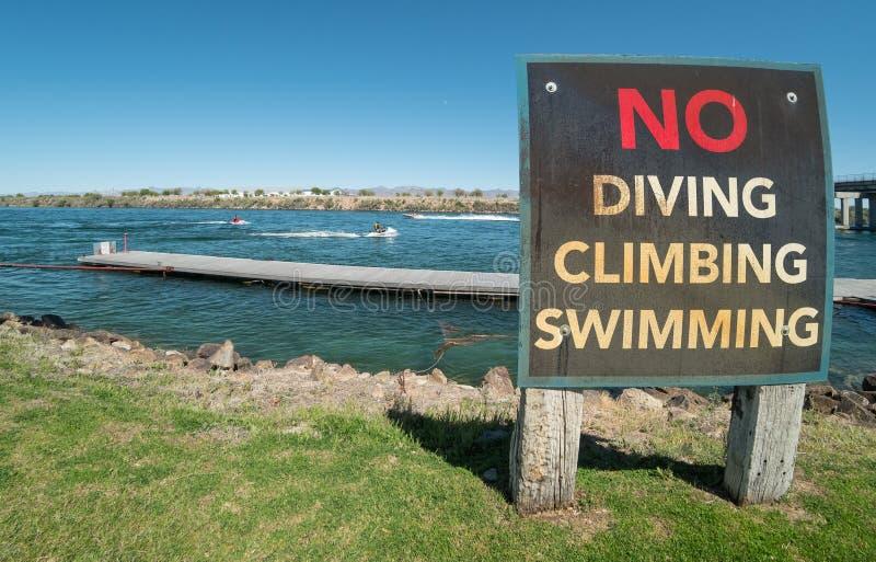 Sinal de aviso do rio, o Rio Colorado em Laughlin, Nevada fotos de stock royalty free