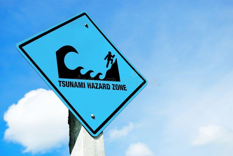 Sinal de aviso do tsunami fotografia de stock