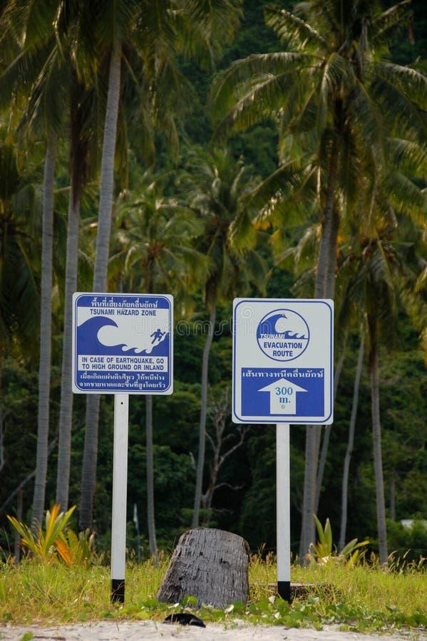 Sinal de aviso do tsunami fotos de stock