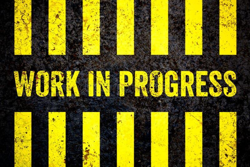 Sinal de aviso dos trabalhos em curso com as listras amarelas e pretas pintadas sobre o fundo grosseiro da textura do muro de cim ilustração stock