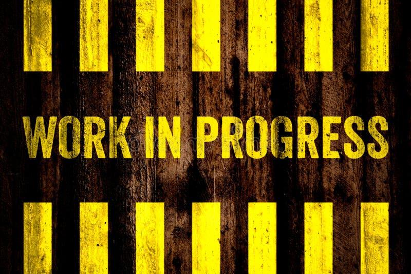 Sinal de aviso dos trabalhos em curso com as listras amarelas e pretas pintadas sobre o fundo de superfície grosseiro da textura  ilustração royalty free