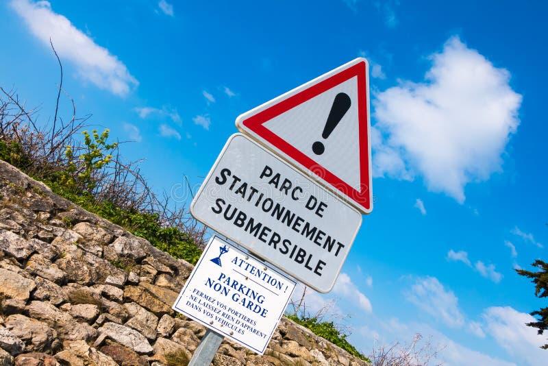 sinal de aviso - estacionamento uns lado somente e responsável à inundação ilustração stock