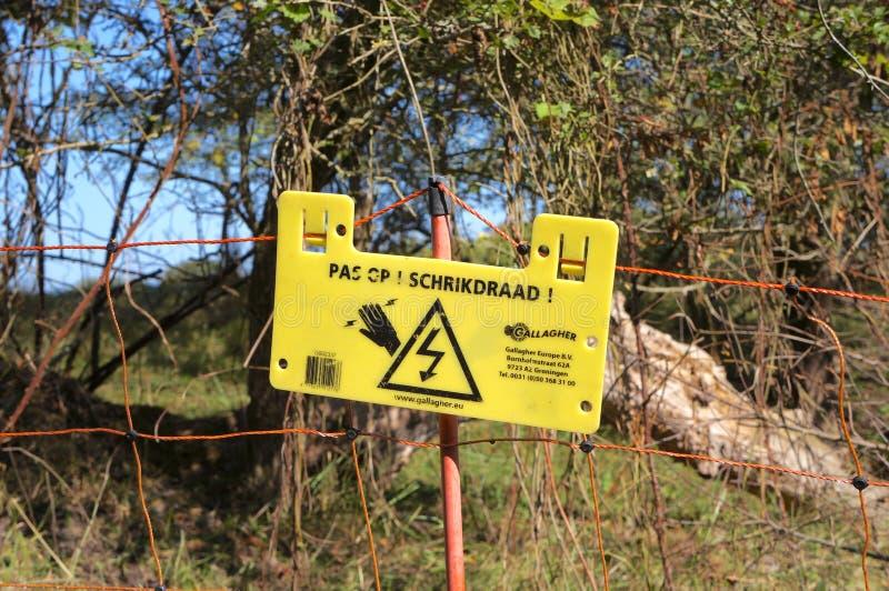 Sinal de aviso holandês para uma cerca elétrica foto de stock royalty free