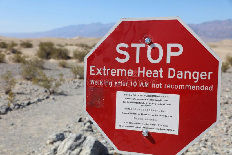 Sinal de aviso no parque nacional de Vale da Morte califórnia imagem de stock royalty free