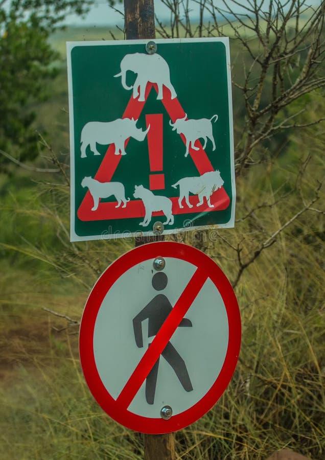 Sinal de aviso para animais selvagens no Hluhluwe Nationalpark imagens de stock royalty free
