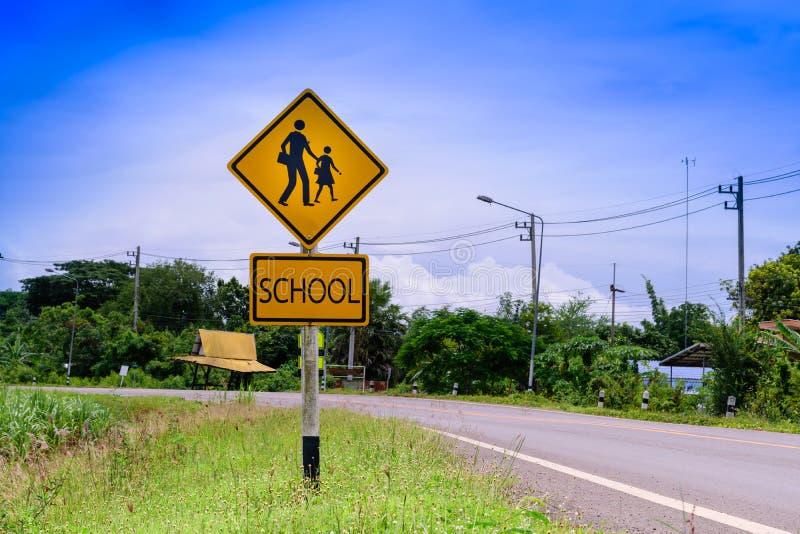 Sinal de aviso para o cruzamento de escola dos estudantes a rua imagens de stock royalty free