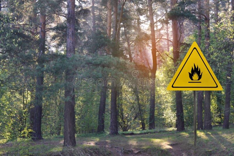 Sinal de aviso para o perigo do fogo no perigo da floresta de incêndio florestal foto de stock royalty free