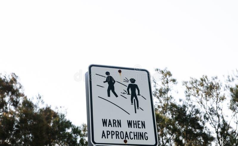 Sinal de aviso para que um ciclista advirta povos ao aproximar-se foto de stock royalty free