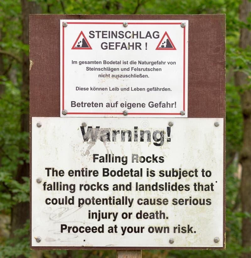 Sinal de aviso de rochas e de corrimentos de queda na entrada do Bodetal perto de Thale, Harz Texto alemão idêntico ao te inglês fotos de stock royalty free