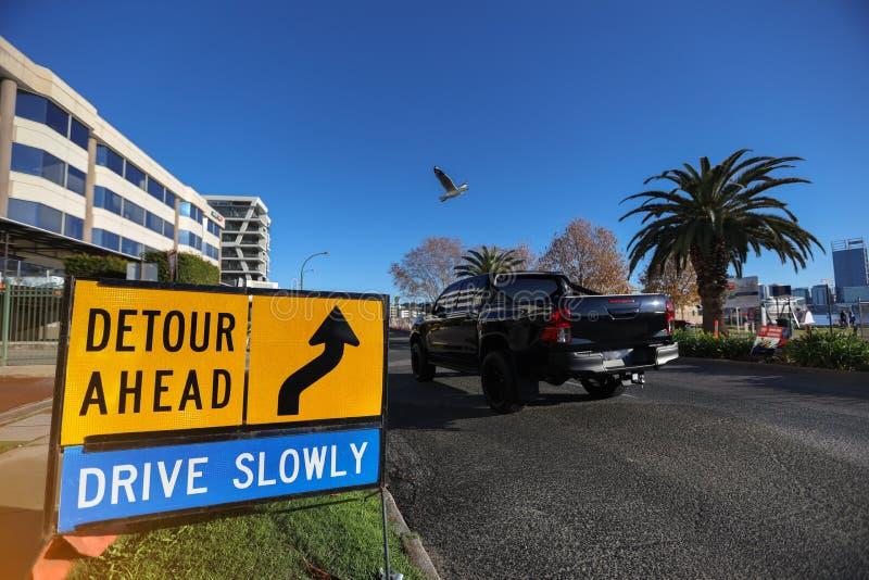 Sinal de aviso de segurança de desvio lentamente à frente, aplicável em áreas residenciais ocupadas pelo público imagem de stock